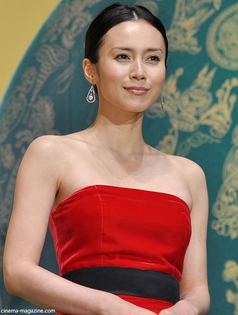 赤いドレスの中谷美紀